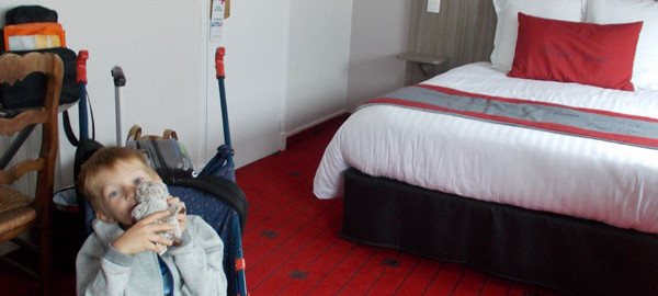 Romaric dans sa chambre d'hôtel